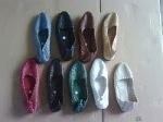 Sepatu kulit motif tikar-
